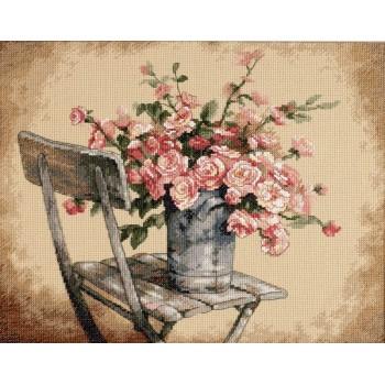 Rosas sobre una Silla Blanca