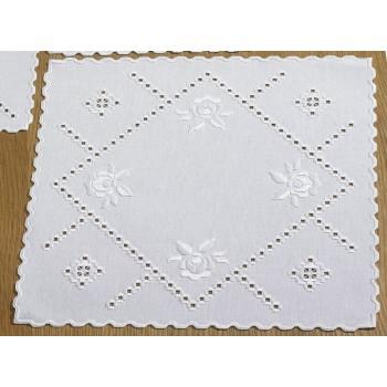 Hardanger: Sobremantel Rosas Blancas